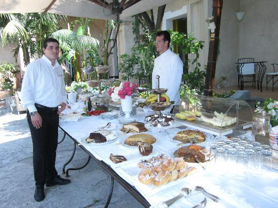 Hotel Palazzo Murat: Breakfast Buffet in the courtyard