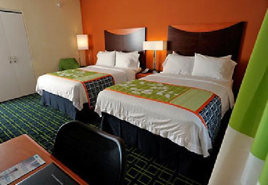 Fairfield Inn & Suites Kennett Square Brandywine Valley: Our standard rooms with two double beds include a 32-inch LCD TV with high-definition programmin