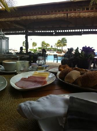 Baoase Luxury Resort: breakfast on the beach