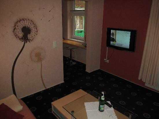 Hotel Stadtkrug: Room with TV and annex with desk