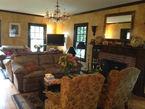 A' Tuscan Estate Bed and Breakfast: Parlor