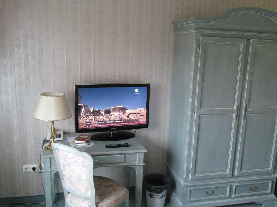 Hotel am Markt: Room, desk with TV