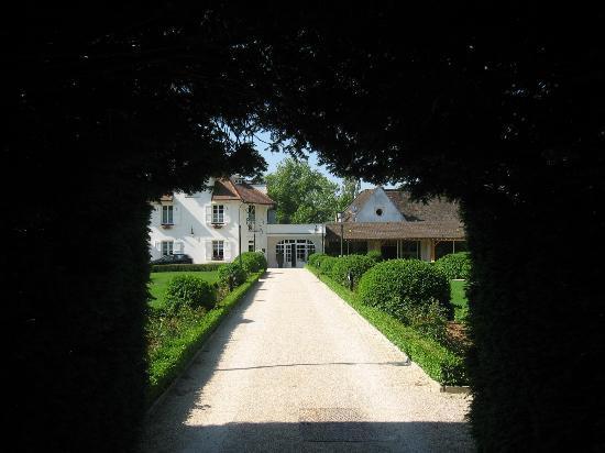 Relais & Chateaux - Hostellerie de Levernois : Walking from Pavillion to main building