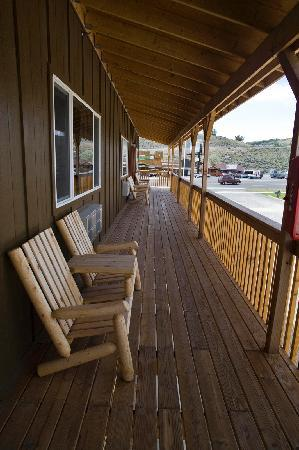 Big Bear Motel: Our balcony with our log pole furniture