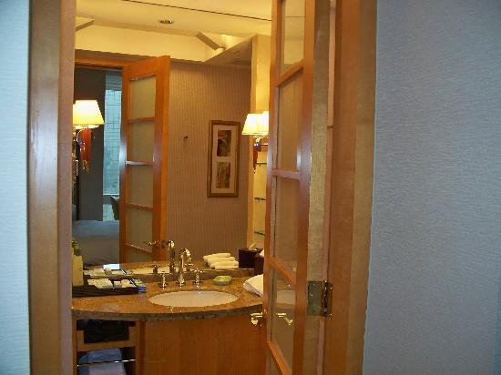 JW Marriott Hotel Shanghai at Tomorrow Square: Bathroom make sure to get power converter