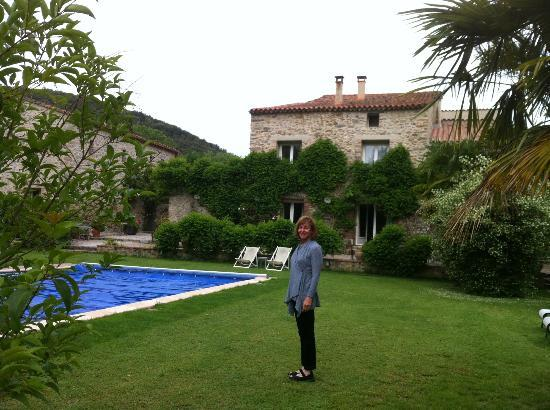 Le Mas Trilles: A large garden with a pool