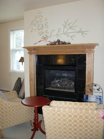 Lodgings at Pioneer Lane: Leaf Room Fireplace and Sitting Area!