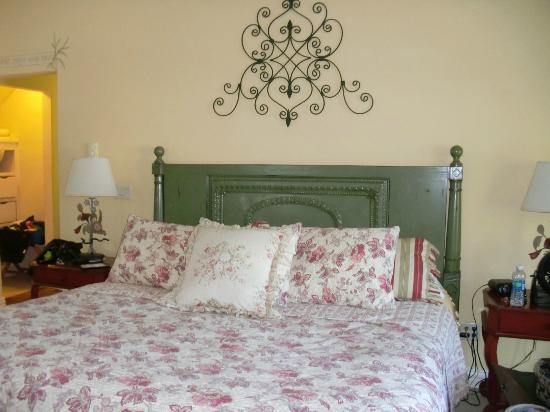 Lodgings at Pioneer Lane: Leaf Room Bed!