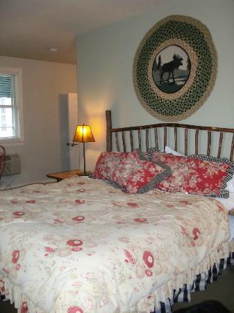 Lodgings at Pioneer Lane: Cabin Room Bed!