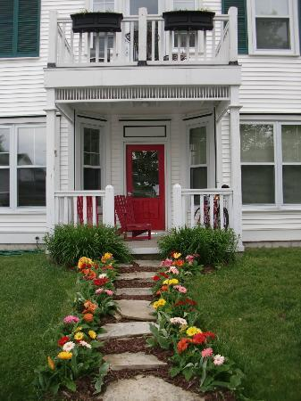 Lodgings at Pioneer Lane: ADORABLE front of Inn!