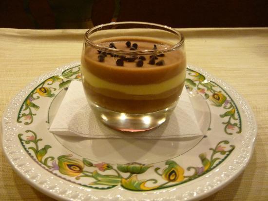 Ristorante La Conca: bavarese al cioccolato fondente al latte e bianco
