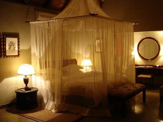 Motswiri Private Safari Lodge: Our bedroom at night