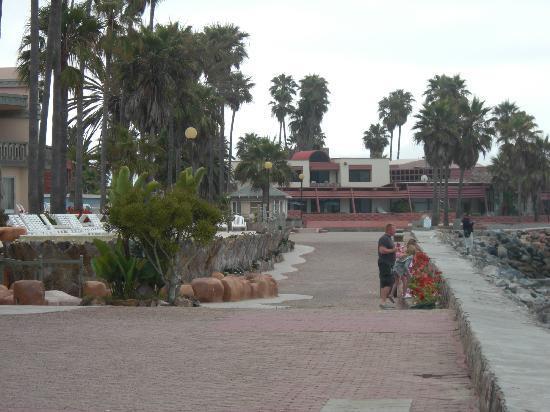 Estero Beach Hotel & Resort: Sea side walkway