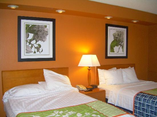 Fairfield Inn & Suites Laredo: Bedroom with two beds