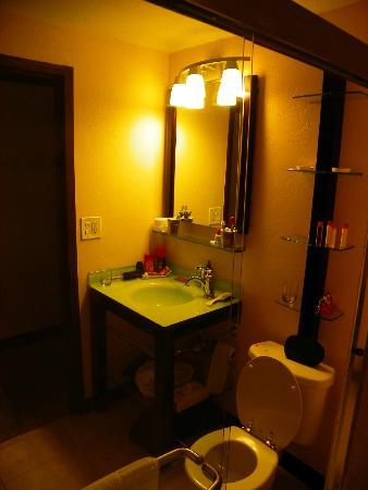 Bayfront Inn 5th Ave: OUR BATHROOM