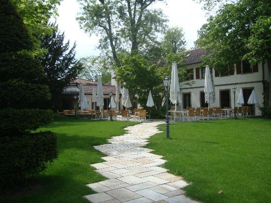 Wald & Schlosshotel Friedrichsruhe: View towards main building