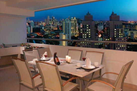 Great World Serviced Apartments: Skyline of balcony units