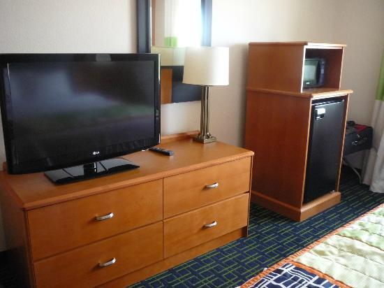 Fairfield Inn Colorado Springs Air Force Academy: Large tv, fridge, microwave in Executive Room