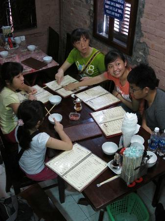 HanoiKids Tour : Authentic Vietnam Food lunch...