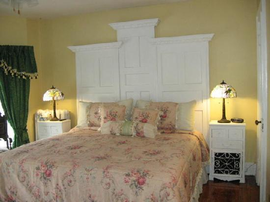 A Moment in Time Bed & Breakfast: The shirriff,s tower suite