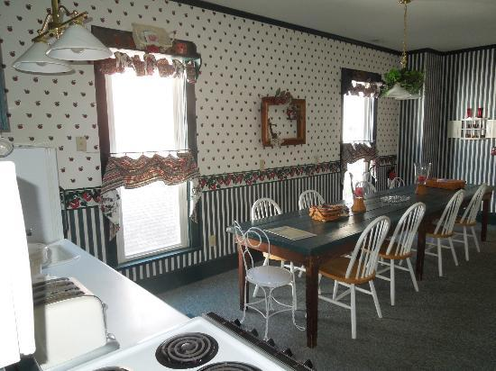 The Pines of Dresden Bed and Breakfast: Kitchen/Breakfast room at the Ivy