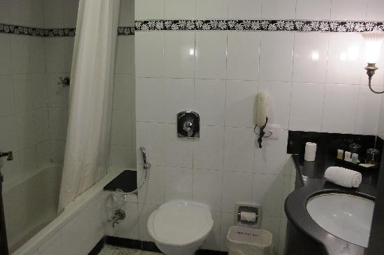 KK Royal Hotel & Convention Center: Bathroom in the Standard Room