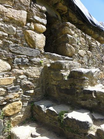 Monumento Nacional Wilcahuain Ruin: stairs to the doorway