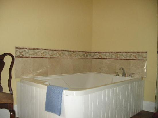 A Moment in Time Bed & Breakfast: The tranquil harbor room Jacuzzi tub