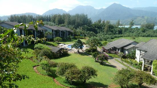 Hanalei Bay Resort: View of the resort from our lanai.