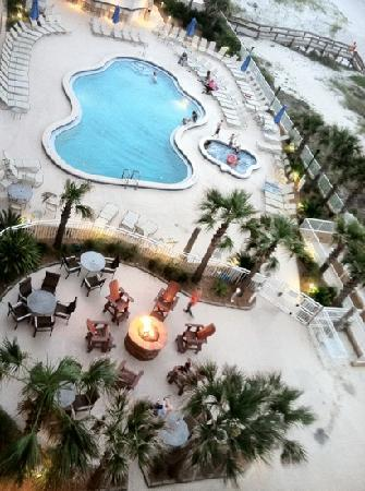 Jacksonville Beach, Floride : the view of the pool from my balcony I love the fire pit!