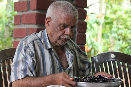 Valley of Birds Homestay: Mr.George Bird adding his taste to the fruits.