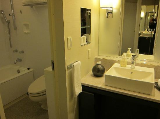 โรงแรมนิกโกะ คานาซาวะ: 洗面台、バス