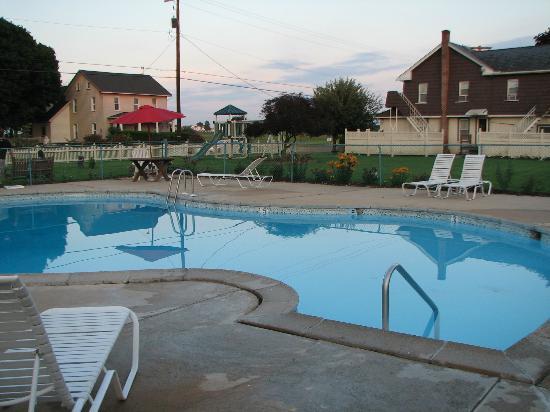 Cherry Lane Motor Inn: Pool Area
