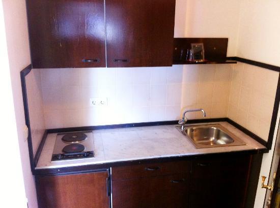 Airport Hotel Regent: Einbauküche mit Kühlschrank
