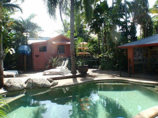 Travellers Oasis Backpackers: The pool and the 'back' part of the hostel.