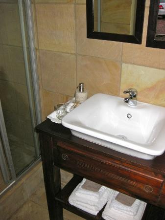 Sea Whisper Guest House & Self Catering: Lovely clean loo and bathroom!