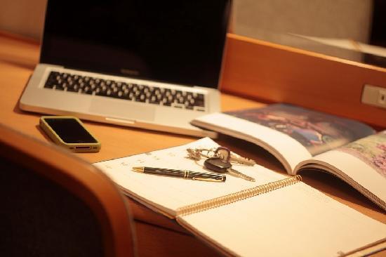 Okayama Koraku Hotel : デスクも広め。仕事をするにも事欠かない