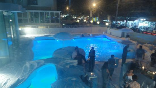 i-SUITE Design Hotel: party at swimming pool