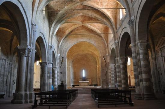 Duomo di Sovana: ...das Kirchenschiff....