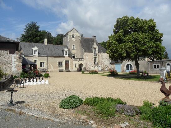 Chateau de Cheman : chateau courtyard