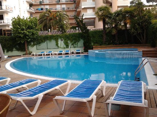 Hotel Acapulco Lloret de Mar : La piscine vue de la terrasse