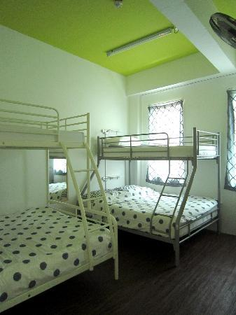 Footprints Hostel: Family Room: Fits: 6 people  Room luxuries: Air-conditioning/Pillows/Blankets/Windows/Wall Fans/
