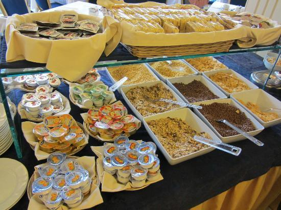 Hotel Plaza: Breakfast Buffet cereals & condiments