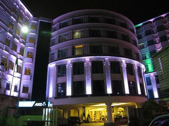 The Hanoi Club Hotel & Lake Palais Residences: The hotel at night