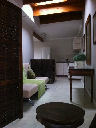 Cornerstone Guesthouse: Corridoio verso il cucinino