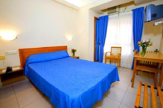 Hostal La Lonja: Habitación con cama de matrimonio