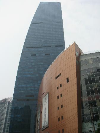 Renaissance Shanghai Zhongshan Park Hotel: Hotel and trading center view from street