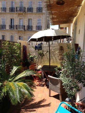 Bn'b Romain & Pascal: sunny breakfast terrace