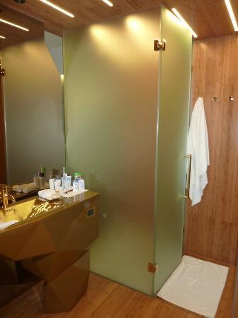 New Hotel: the bathroom