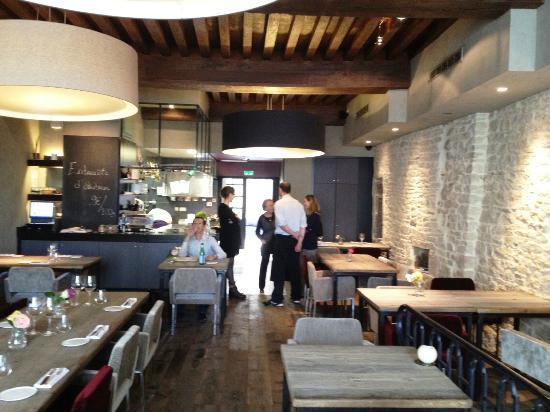 La salle de restaurant avec la cuisine ouverte - Photo de La Maison ...